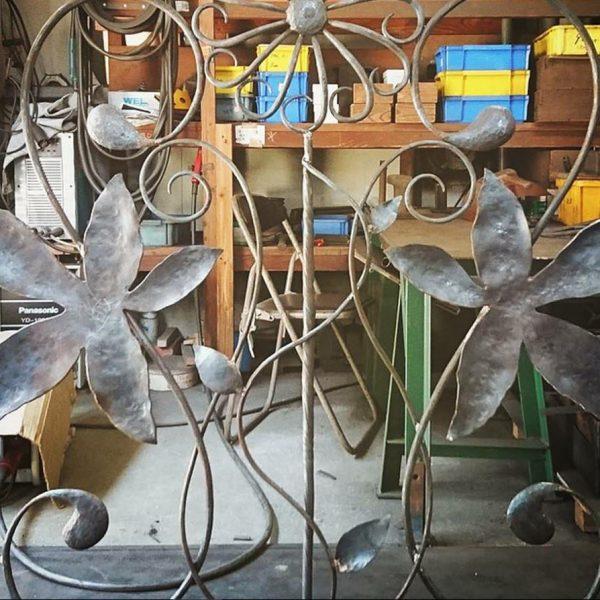 ロートアイアン門扉(引き戸)パーツを組む途中の製作風景