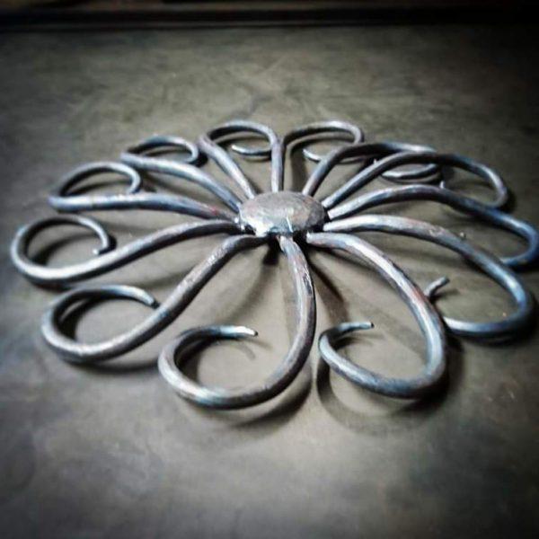 ロートアイアン門扉(引き戸)の真ん中の花の部分