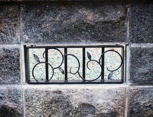 ロートアイン門扉と一緒にデザイン、製作したアイアン格子