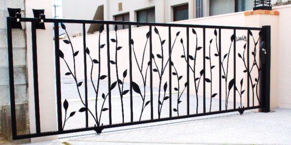 葉をモチーフにしたロートアイアン門扉(引き戸)設置後裏からの写真