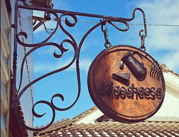 チーズ屋さんのロートアイアン看板設置写真
