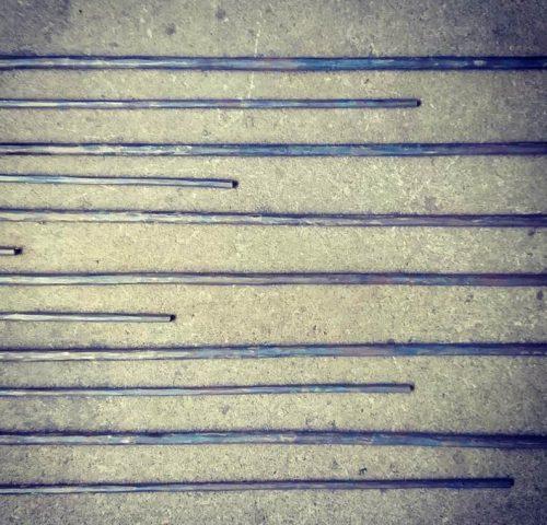 横に並んだ鍛造した鉄