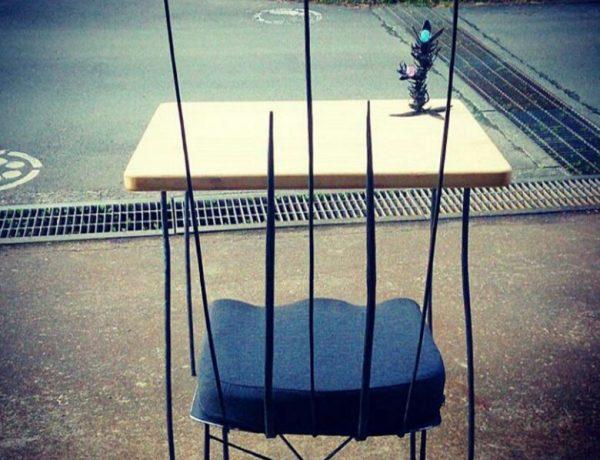 ロートアイアン製オブジェと机と椅子