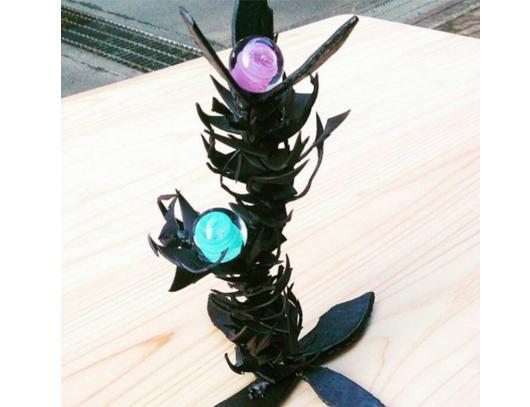 とげのようなデザインのロートアイアンオブジェときれいな色のガラス玉