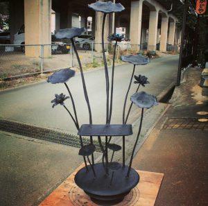 ロートアイアン製蓮のステンドグラス台