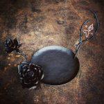 薔薇のロートアイアン台。