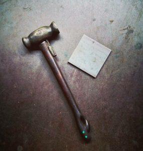 ハンドメイドの金槌と鉄