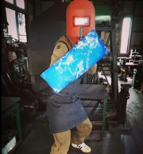 ロートアイアン製の青い盾