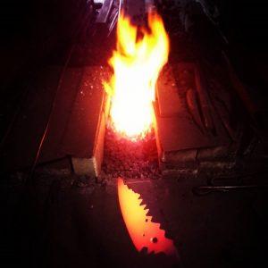 真っ赤に焼けた製作中のカスタムナイフ