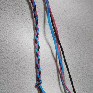 青色とピンクと黒色の紐の三つ編み