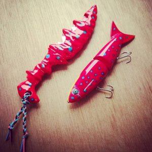 赤いカスタムナイフと赤いビッグベイト