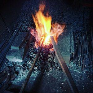 鉄と安来鋼の鍛接作業風景