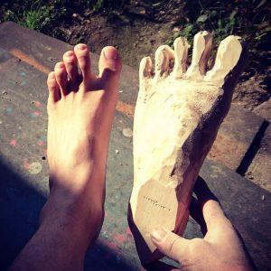 自分の足と作りかけのバルサ材の足