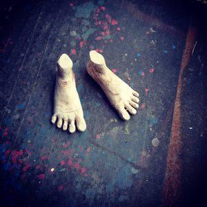 バルサ材を削り大まかな形になった製作途中の足
