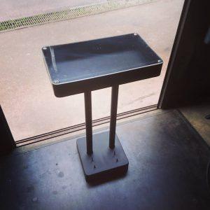 アクリル板が付いた曲線がきれいでシンプルなアイアン製展示台