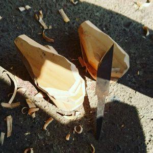 薪ばさみの持ち手を桧を削って製作