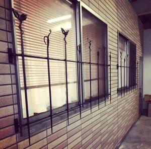 葉っぱと唐草デザインのロートアイアン鉄窓枠